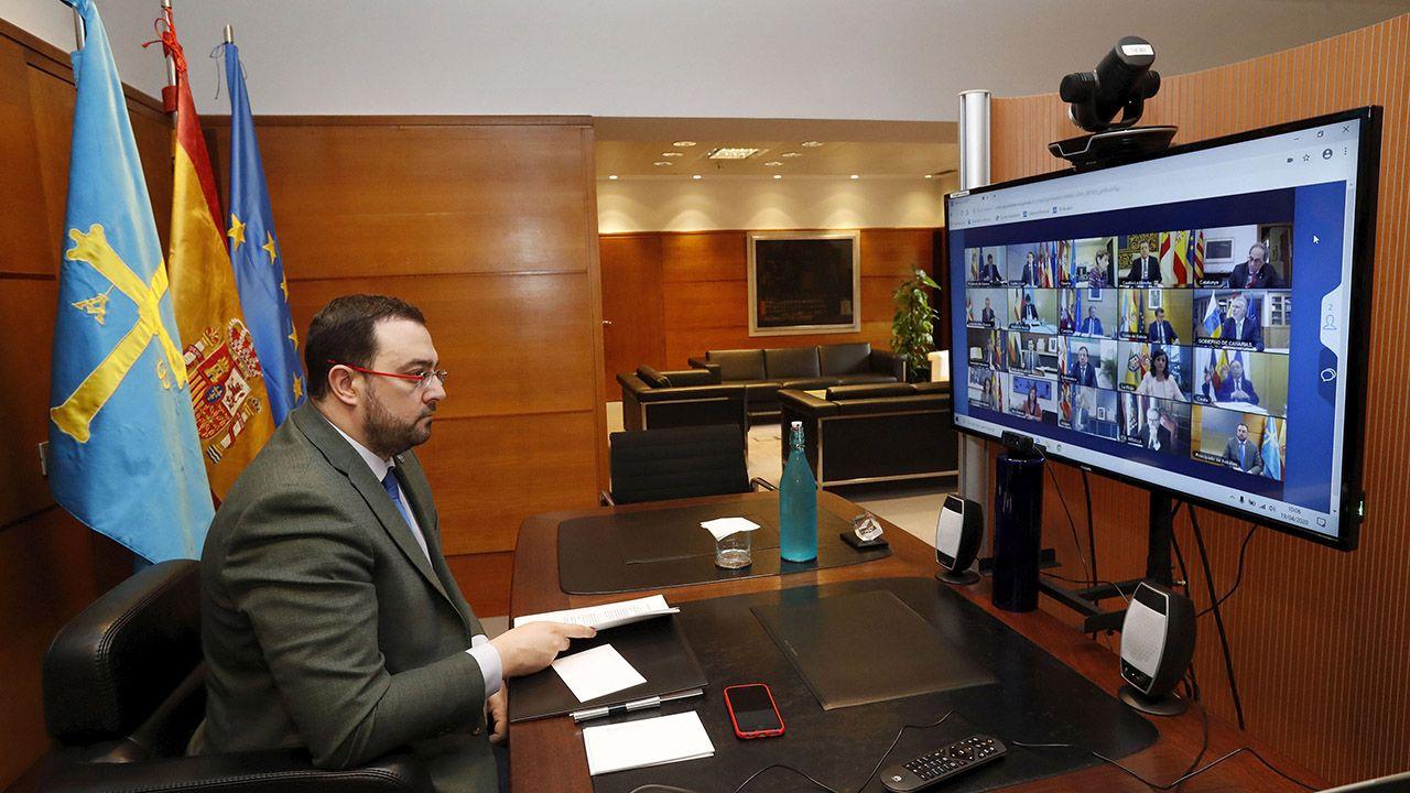 El presidente del Principado, Adrián Barbón, durante la reunión por videoconferencia con el presidente del Gobierno, Pedro Sánchez, y el resto de presidentes autonómicos.