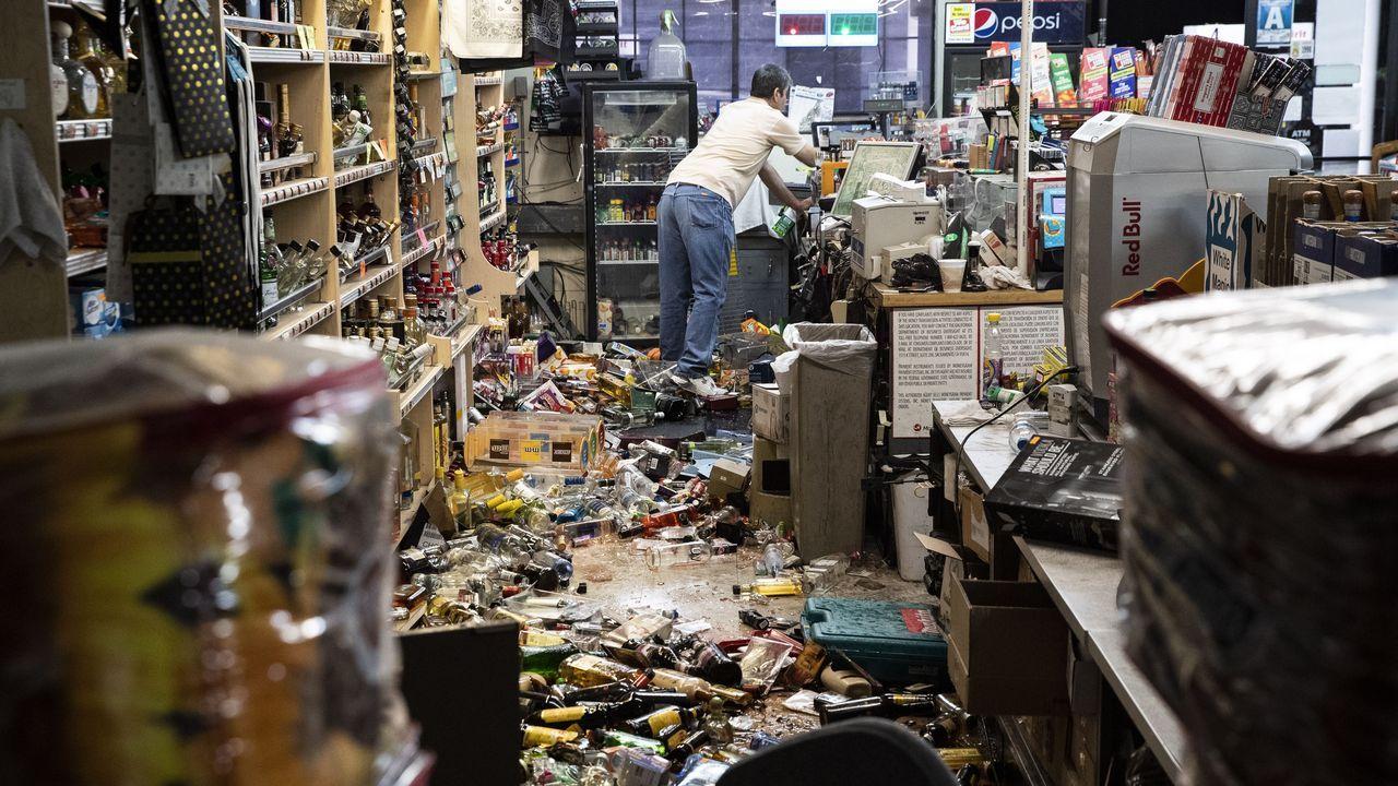 Efectos del temblor en una gasolinera y una tienda de licores en Ridgecrest, California.