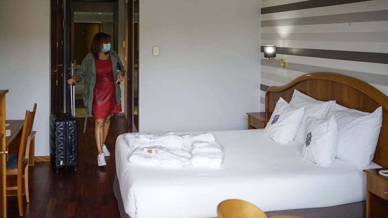 Rincones para bañarse sin ir a la costa.Eva López, entrando en su habitación del hotel de Caldaria en Laias