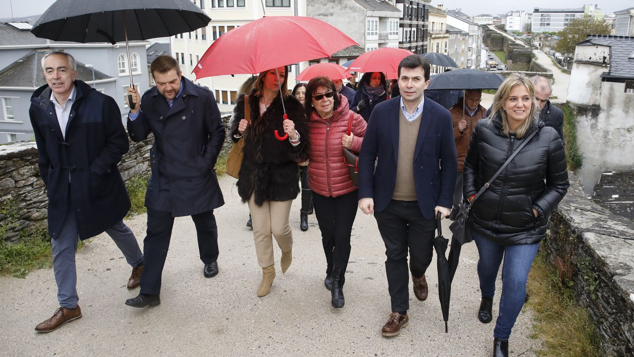 Pablo Casado: «Somos conscientes de los errores».Paseo por la muralla de Gonzalo Caballero con Cristina Narbona y la candidata del Lugo al congreso Ana Prieto y la alcaldesa, Lara Méndez