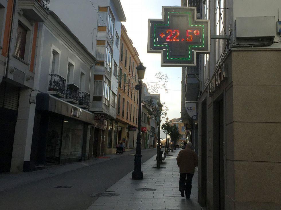 Este termómetro del casco de Ribadeo marcaba más de 22º ayer.