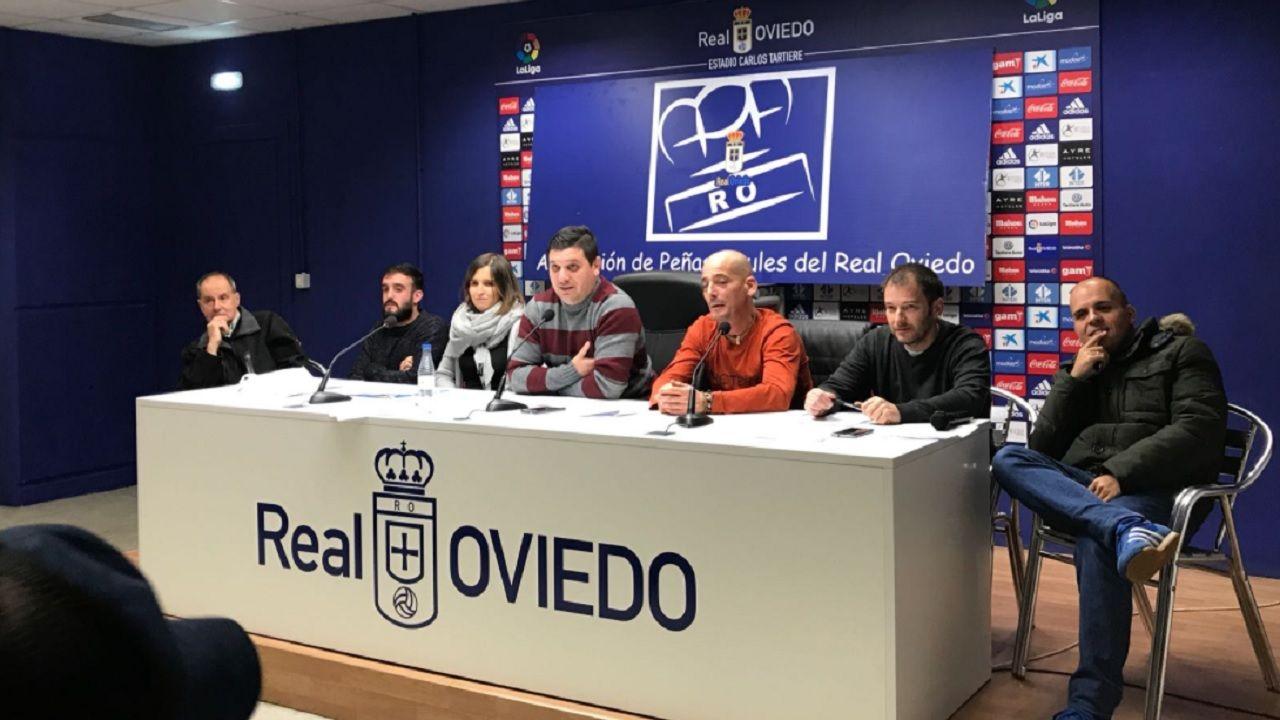 APARO Real Oviedo Javier Perez Campillo Horizontal.Los miembros de la junta, con Javier Perez en el centro, durante la Asamblea Extraordinaria de noviembre