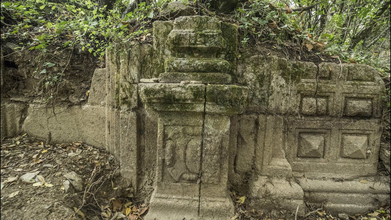 Un vestigio de la decoración pétrea del templo desaparecido
