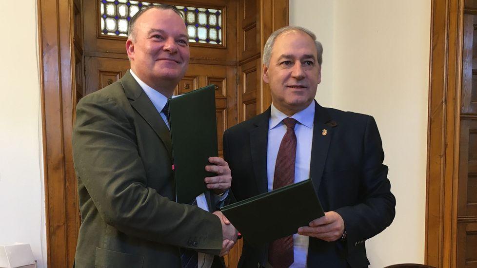 El presidente de la Diputación (a la derecha) y el alcalde de O Saviñao, en la firma del convenio