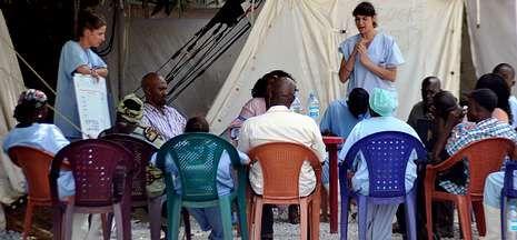 Médicos del hospital de Donka hablan con familiares de personas infectadas con el ébola.
