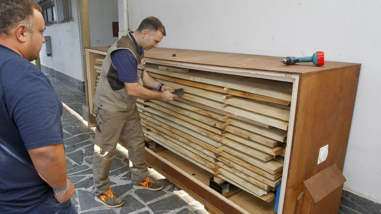 MADERA EN EL CORAZÓN. La madera está en el corazón del IES. Es el FP que ofrece, y los profesores se lo toman tan en serio que hasta consiguieron en secadero artificial de tablones. Eso les permite ahorrar costes y pueden usar troncos de roble o castaño, aunque también les gusta, y mucho, el eucalipto.
