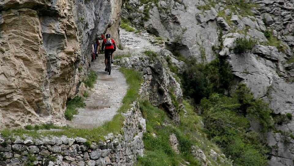 La Ruta del Cares, en los Picos de Europa. Atraviesa el desfiladero del río en una de las rutas más espectaculares de España, tallada en las rocas a lo largo de 11 km.