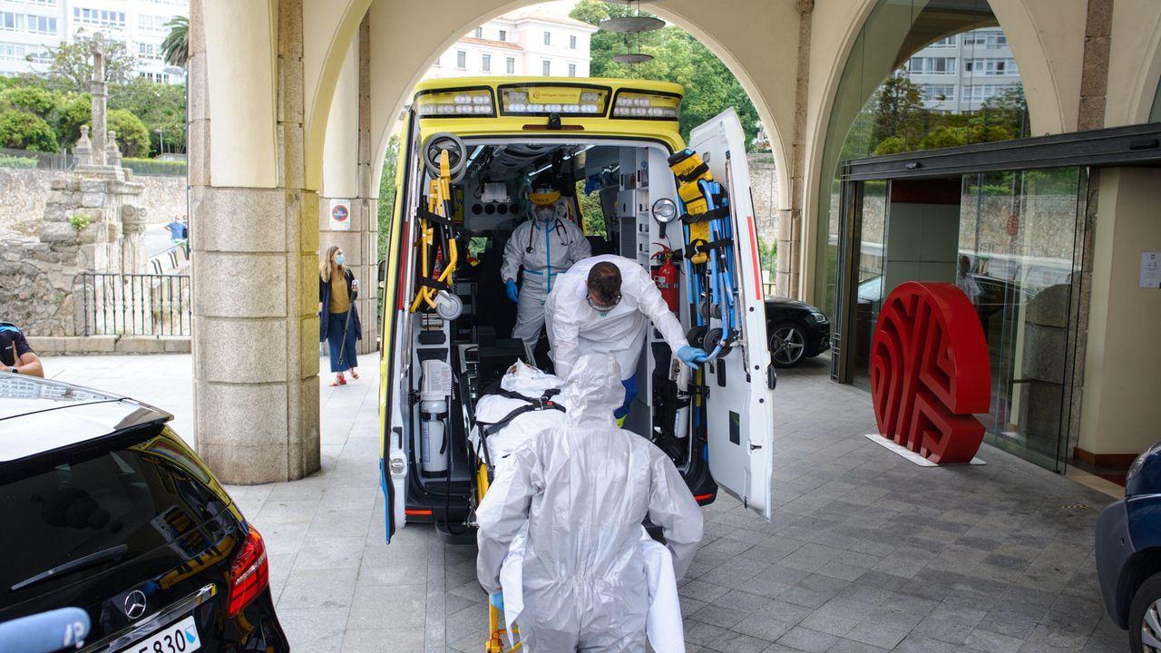Traslado de un jugador del Fuenlabrada al hospital.Miembros y jugadores del Fuenlabrada confinados en el Hotel Finisterre