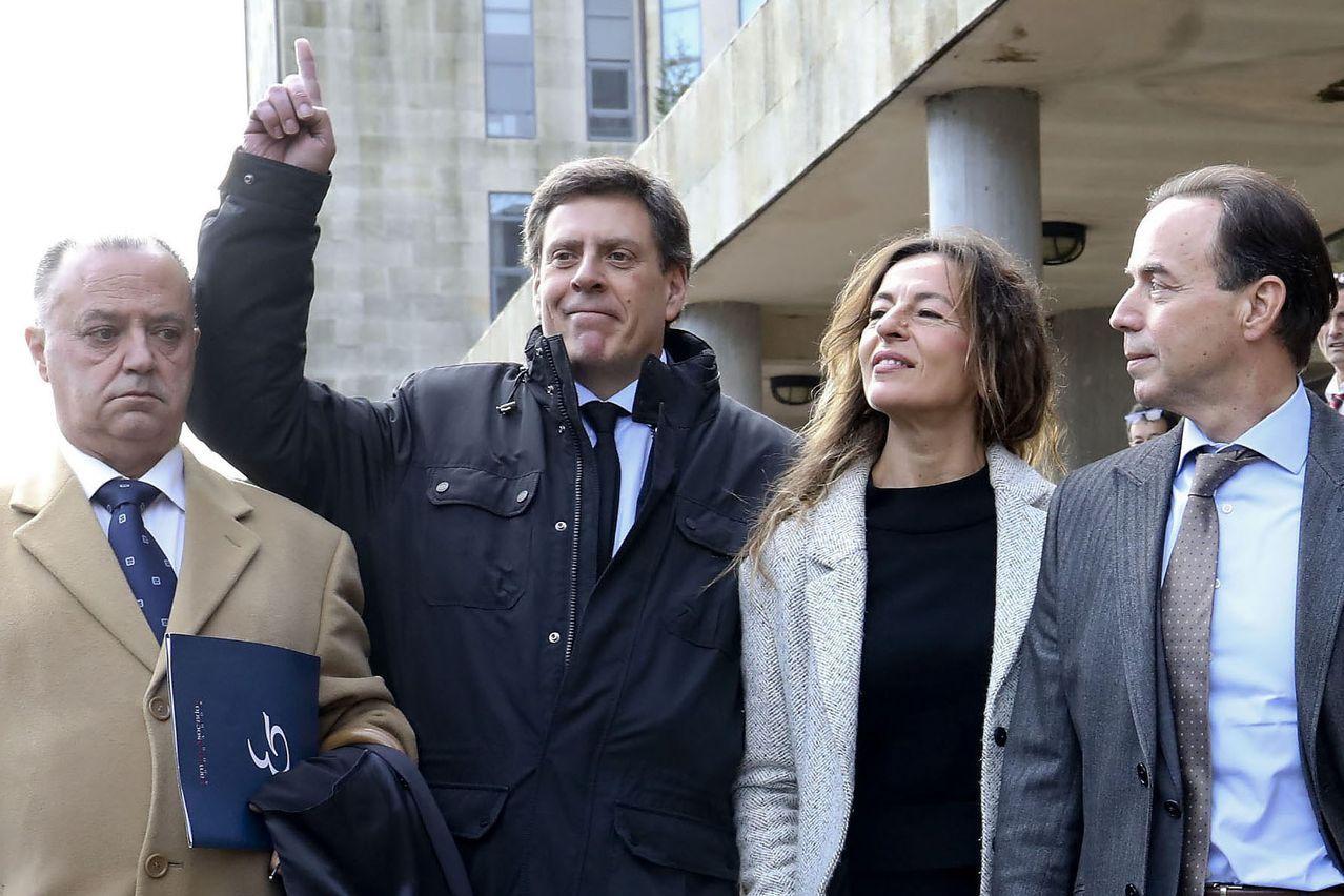 El padre de Diana Quer, acompañado de sus abogados, señala al cielo acordándose de su hija Diana una vez conocido el veredicto del jurado popular