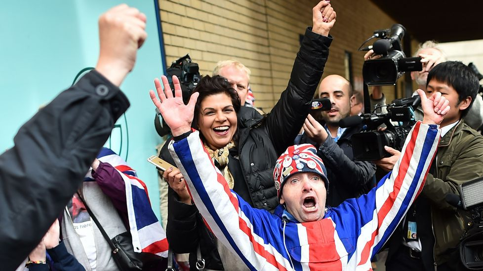 Los británicos celebran frente al hospital el alumbramiento