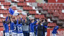 Diegui Johannesson, manteado por sus compañeros al término del partido ante el Sporting