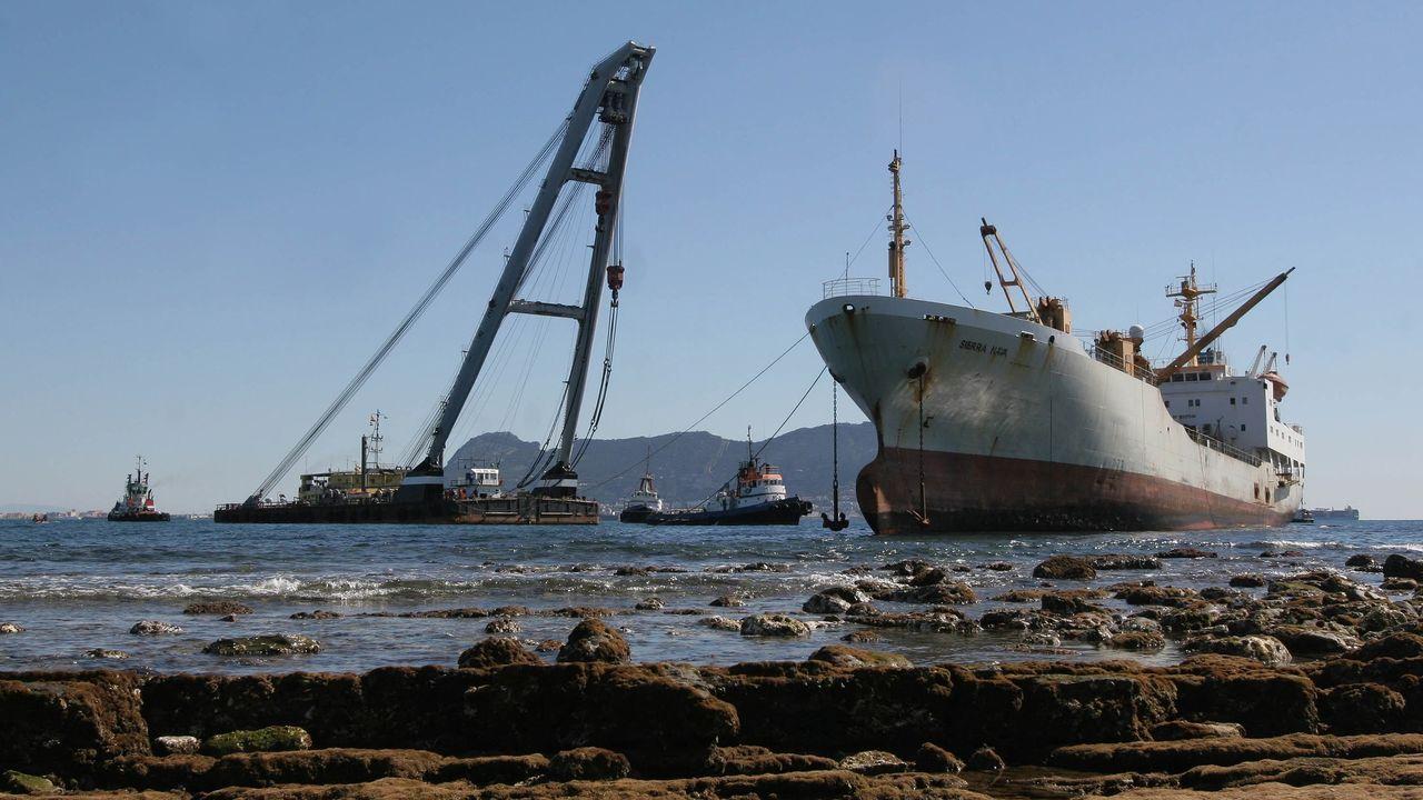 Las tareas de reflotamiento del buque Sierra Nava, encallado en la Bahía de Algeciras el 28 de enero del 2007.