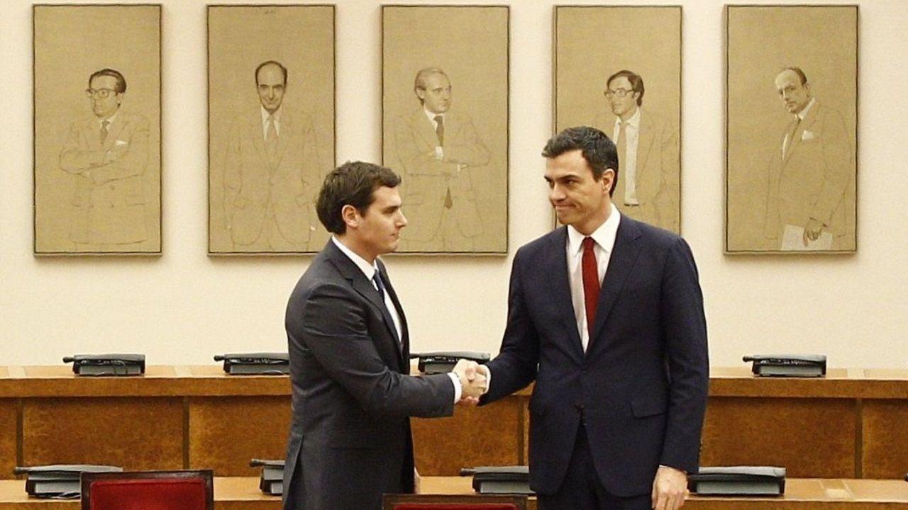 Sánchez y Rivera estrecharon su mano tras firmar el pacto en febrero del 2016 con el que Ciudadanos se comprometía a investir al candidato socialista y que finalmente quedó en papel mojado tras el rechazo de los diputados de Podemos, lo que obligó a una repetición electoral