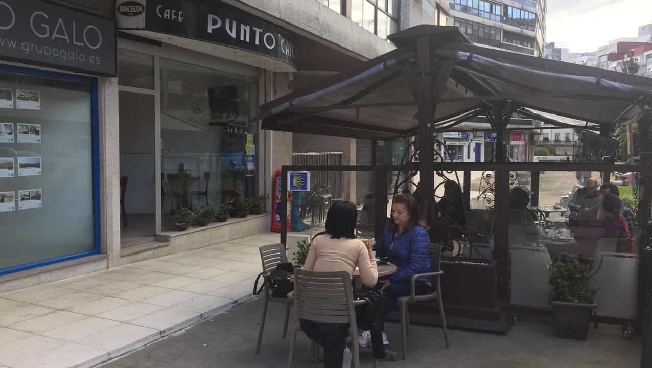 Terrazas de una cafetería en la calle Pizarro, en Vigo