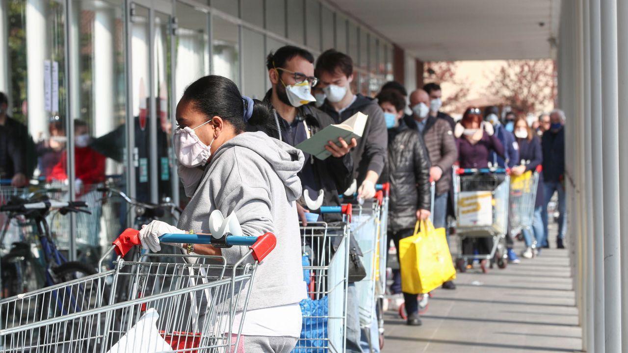 Cola para entrar en un supermercado de Brescia