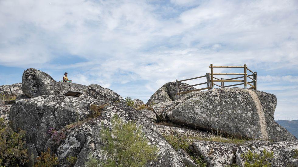 Los tremendos paisajes de Pena Pombeira.Un aspecto de los trabajos de reparación del firme dañado por el paso de vehículos pesados