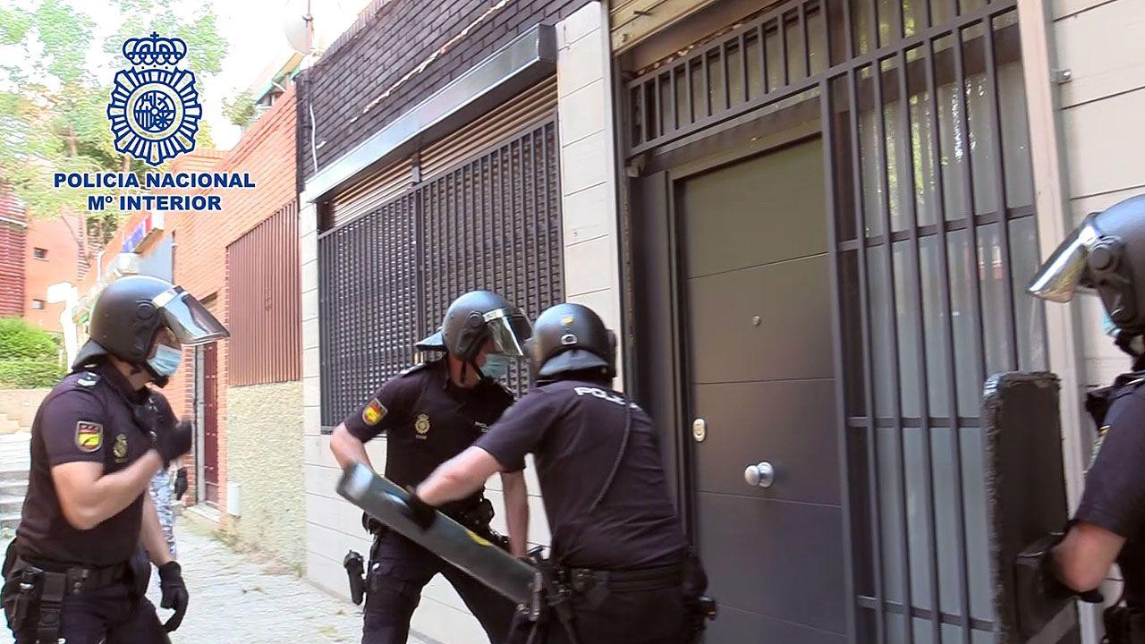 La Policía desarticula una banda itinerante que robaba con soplete y lanza térmica.Una enfermera y una paciente entran en el hospital de campaña de Lérida