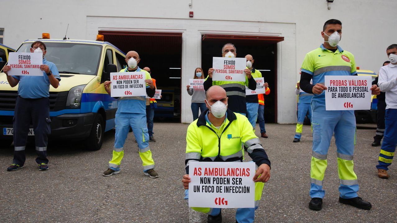 Técnicos de emergencias sanitarias (TES), durante la concentración de este viernes en la base de ambulancias de Alba, en Pontevedra