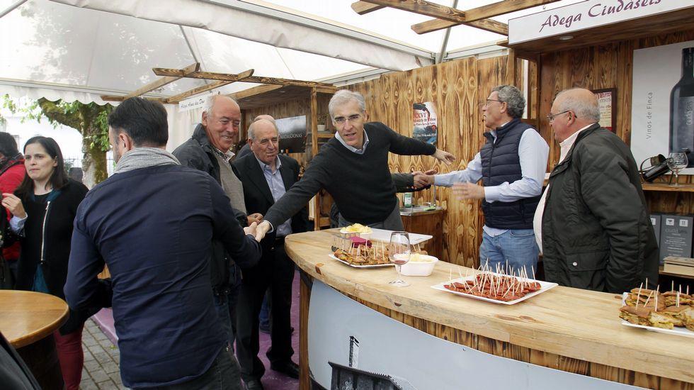 El conselleiro de Industria y el alcalde visitaron los puestos de las bodegas por la mañana