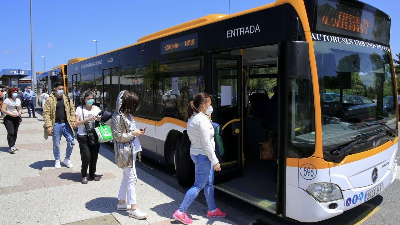 Línea de bus urbano que sale del HULA