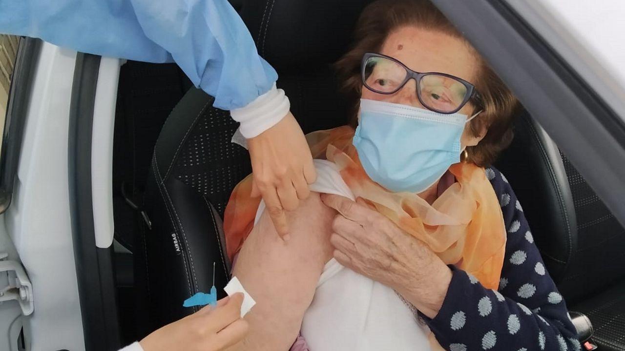Hospital de Barbanza. A sus 96 años, la pobrense Encarna Fernández fue la barbanzana de mayor edad que ayer por la mañana recibió la primera dosis de Moderna en el hospital comarcal