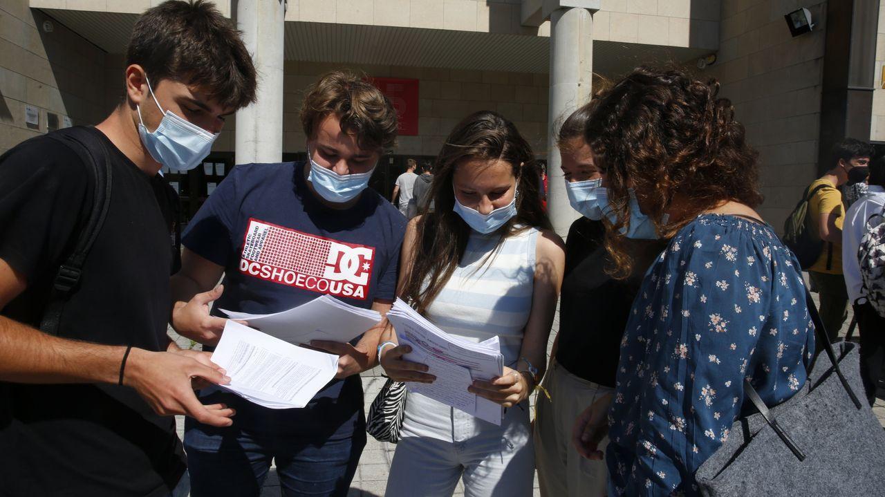 Alumnos de la selectividad en Pontevedra repasando pocos minutos antes del primer examen, el pasado 8 de junio
