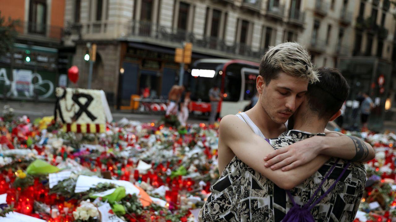 Dos personas se abrazan en uno de los homenajes a las víctimas del atentado de Las Ramblas, Barcelona