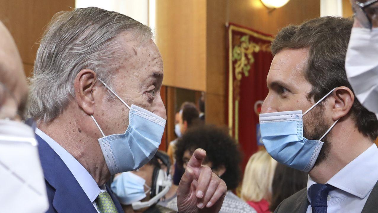 El presidente y editor de La Voz de Galicia, Santiago Rey Fernández-Latorre, charla con el líder del PP, Pablo Casado