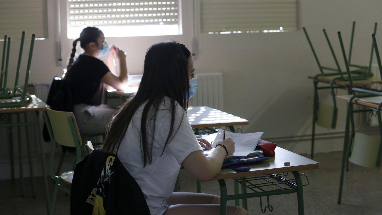 Regreso a las aulas en Ribeira.La distancia social se mantiene en las aulas en el IES de Ribeira
