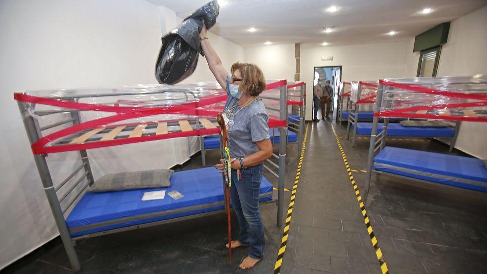 Nuevo protocolo para la recepción de peregrinos en los albergues del Camino de Santiago. En el dormitorio sólo se utilizan las literas de abajo, las de arriba, cubiertas con plastico, son para dejar el equipaje dentro de la bolsa de plastico