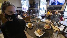 Bandeja con vino y aperitivos en un restaurante de Avilés