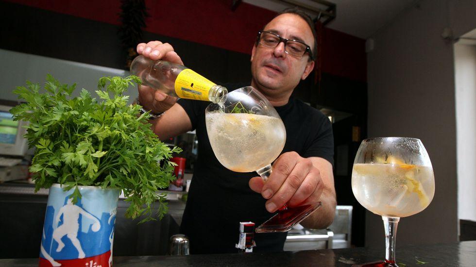 Pepe Pereira, del restaurante Altamira (Vilagarcía), preparando un gin-tonic, y no un «yintonic».