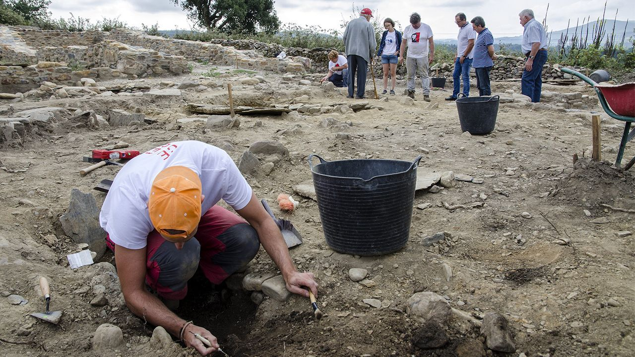 Unha visita guiada (en imaxe de arquivo) ás excavacións arqueolóxicas do castro de Cereixa, onde se desenvolverán algunhas das actividades previstas