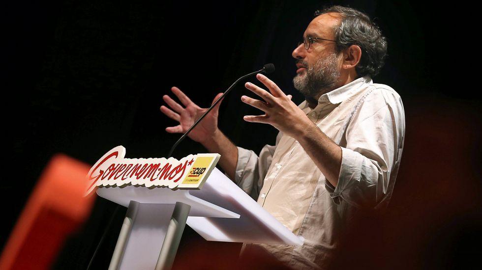 Antonio Baños, CUP. Este periodista que ha trabajado en prensa, radio y televisión nació en Barcelona en 1967. Es independiente, no milita en ningún partido. Y pertenece a Súmate, la plataforma independentista de castellanohablantes.