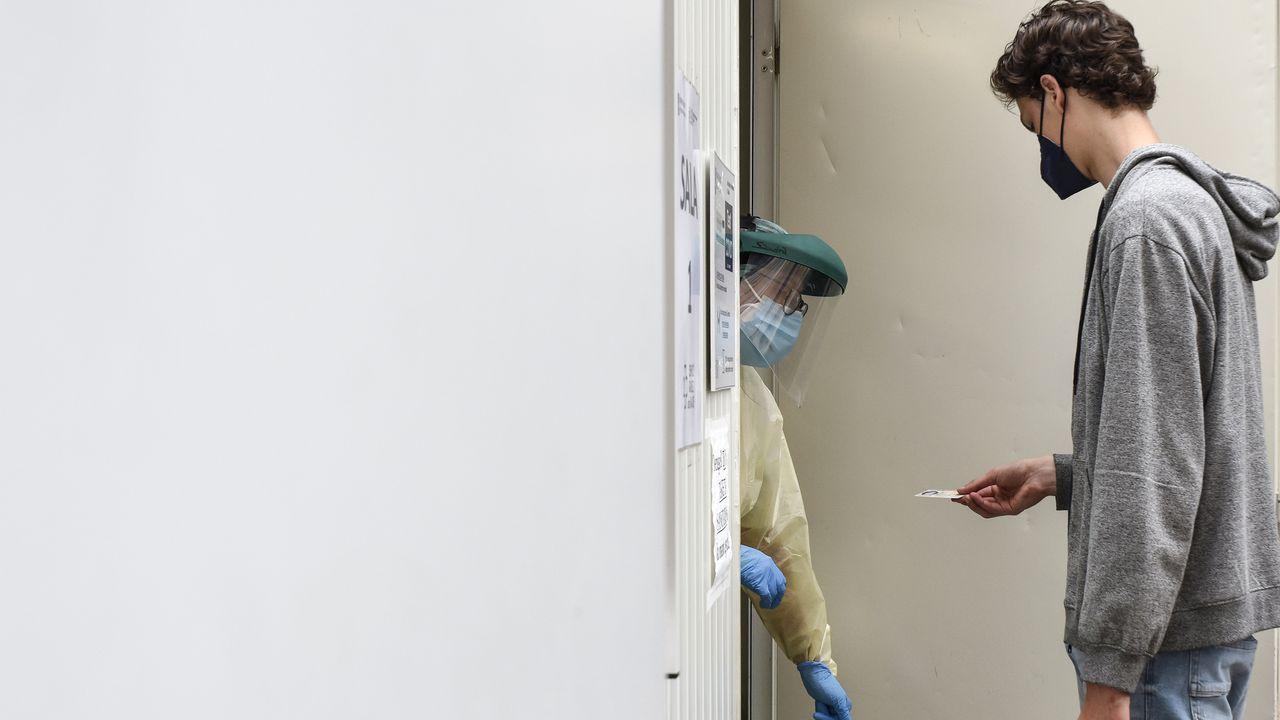 Casi nueve mil personas llamadas a vacunarse contra el covid en Pontevedra y Vilagarcía.En el punto covid del recinto ferial de Pontevedra se siguen recibendo cribados con PCR a jóvenes de bachillerato y FP