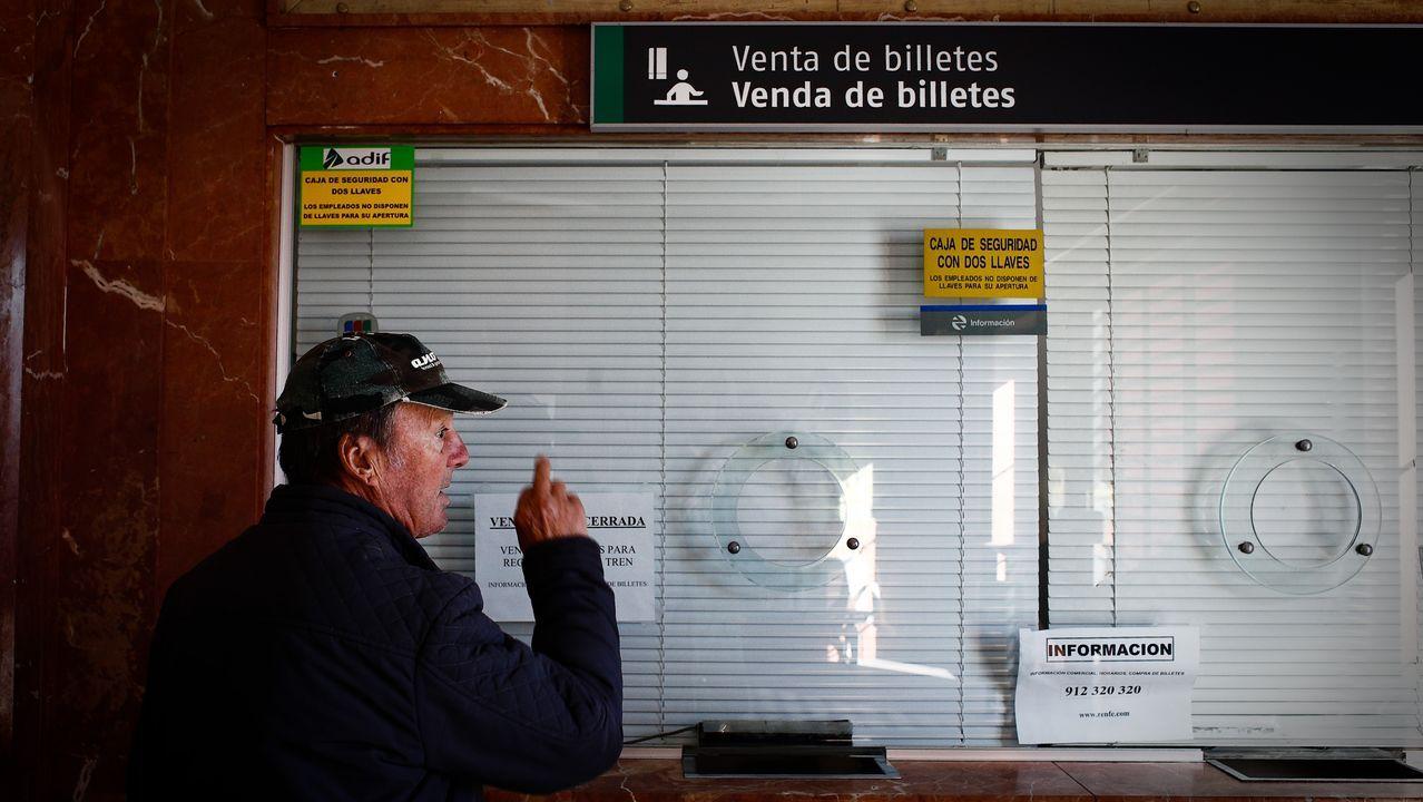 Taquilla ya cerrada en la estacion de O Carballiño