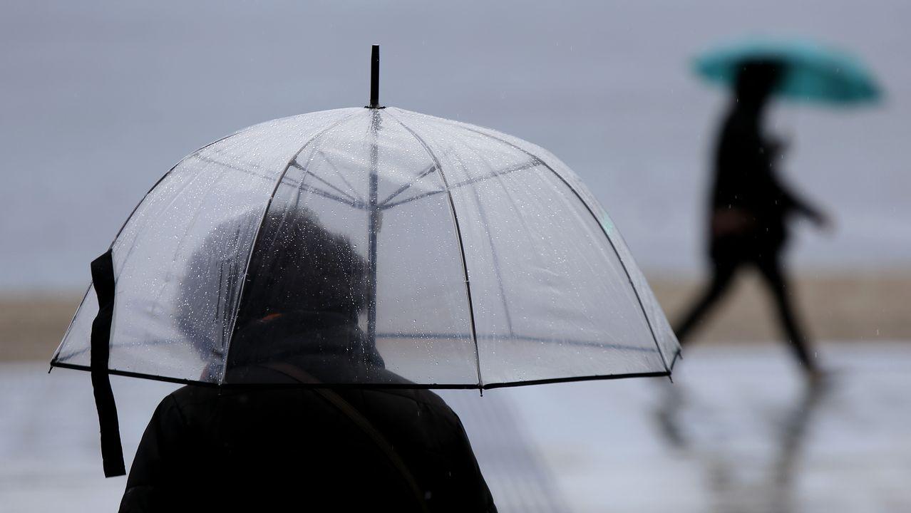 Un gigante atmosférico traerá aire africano a Galicia.Una intensa lluvia en las calles de Oviedo