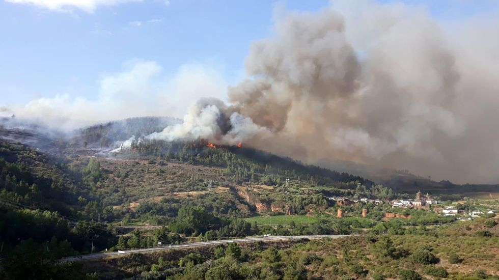 El viento hizo avanzar el fuego hacia las casas del pueblo de Montefurado (en la foto, a la derecha)