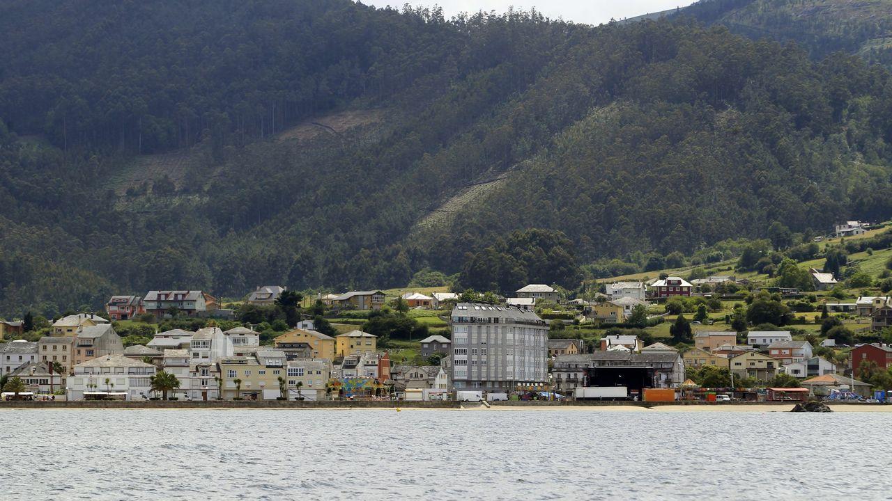 Un tramo de la Travesía da Mariña, con establecimientos cerrados y otros asentados hace años