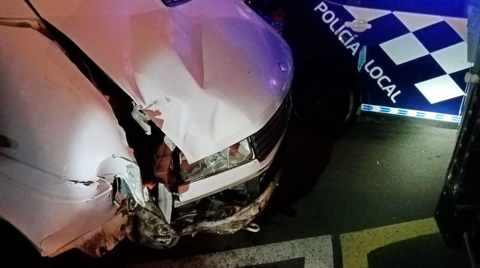 El golpe que tenía la furgoneta del conductor denunciado tras el accidente en el que se llevó por delante una señal, una farola y dañó el cierre de una casa