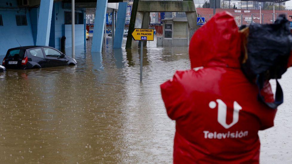 El agua ha alcanzado muchos coches en el entorno de Balaídos.