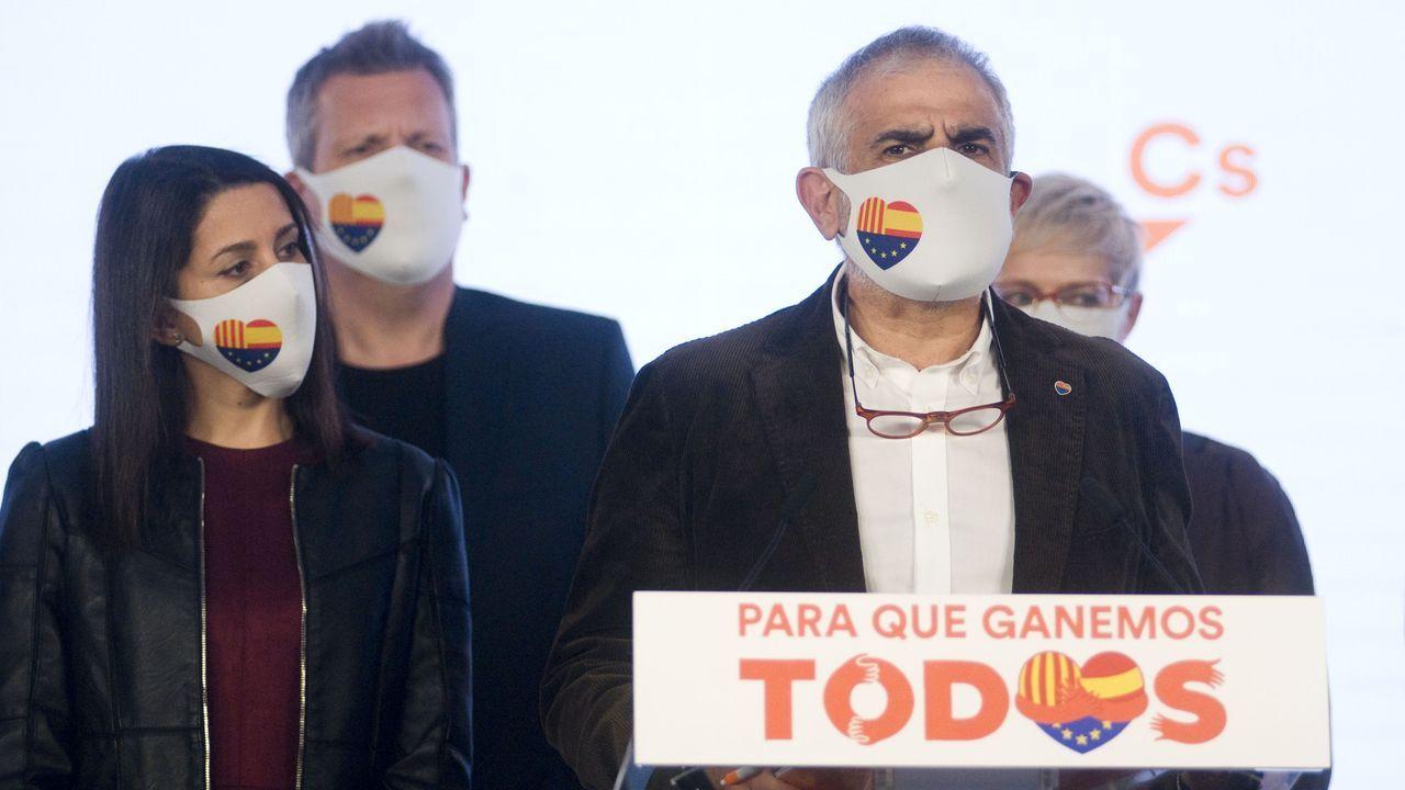 Pere Aragonés, en la imagen a la derecha, sale de la sede de ERC tras una reunión para valorar los resultados