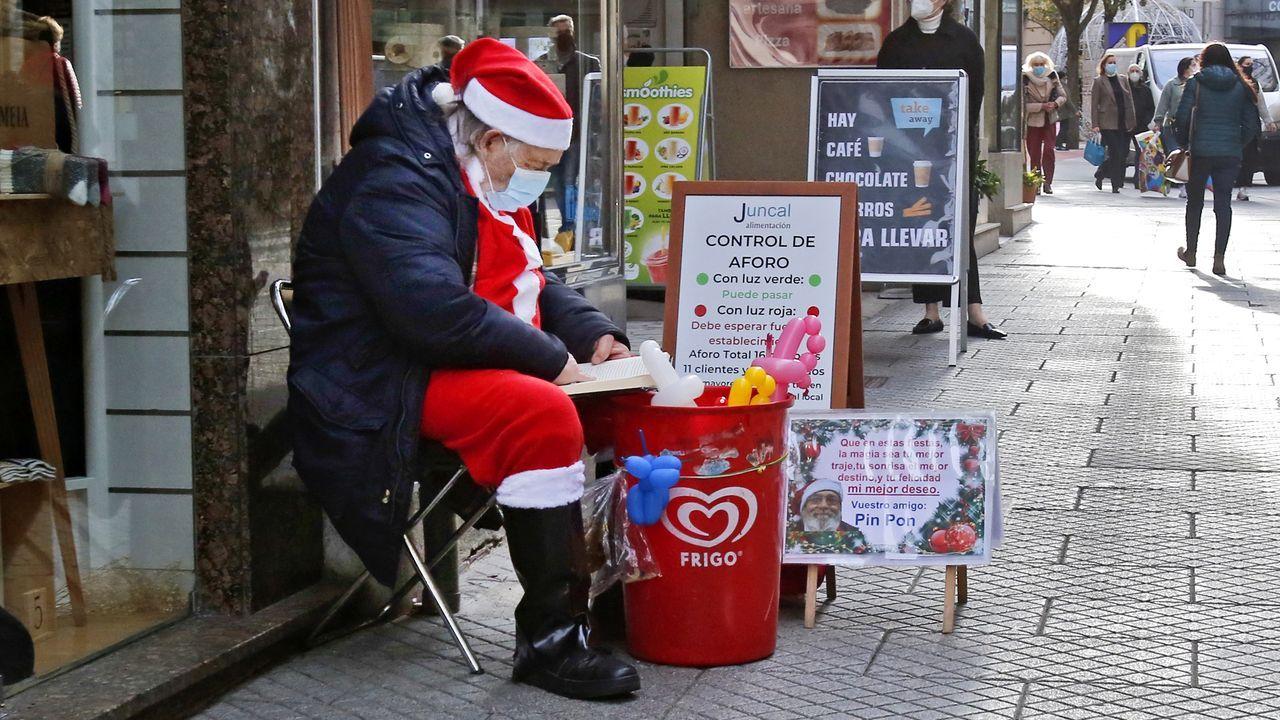 Salvador Illa en la rueda de prensa que ofreció en Santander.Papá Noel callejero en el centro de Pontevedra, la ciudad con las restricciones más severas
