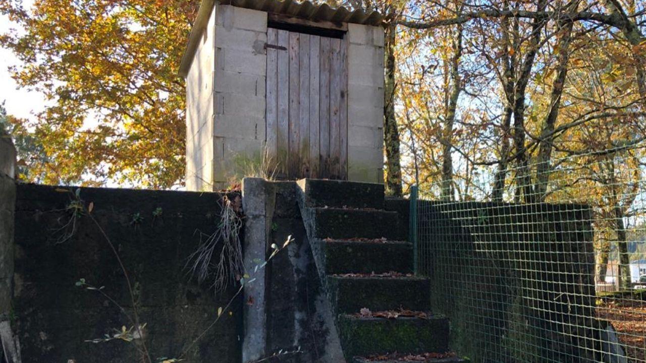 Primera nevada del invierno en As Pontes.Foto del depósito de agua facilitada por el grupo municipal popular para denunciar su mal estado