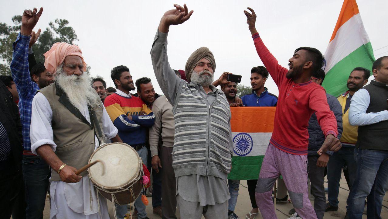 Rescate en el Nanga Parbat tomadas por el equipo de Txikon.Un grupo de hombres espera la liberación del piloto indio capturado por Pakistán