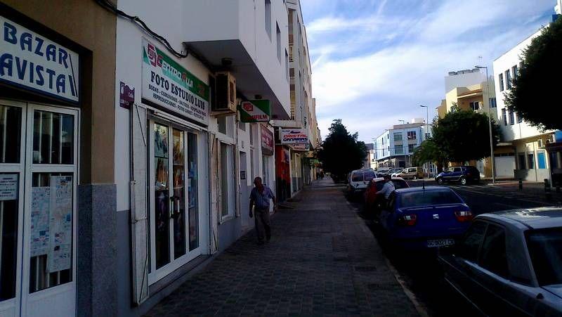 Calle céntrica de Puerto del Rosario, ayer, con menos bullicio del que era habitual