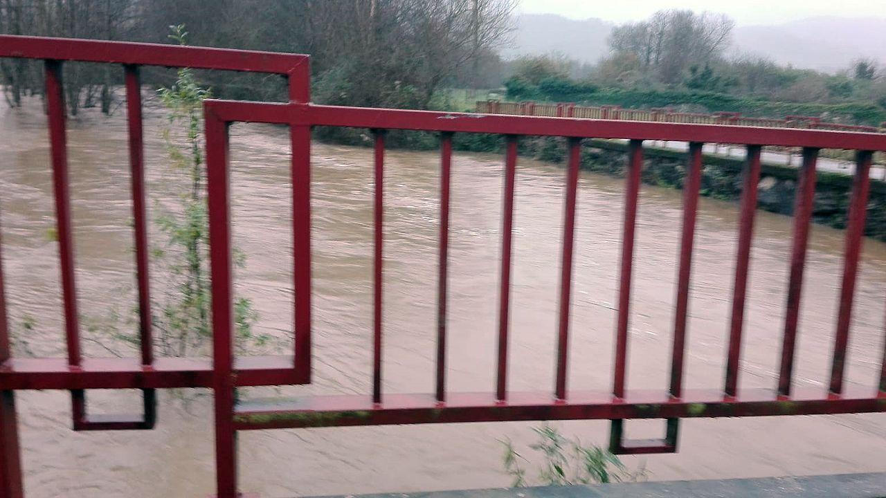 El río Colunga baja a rebosar