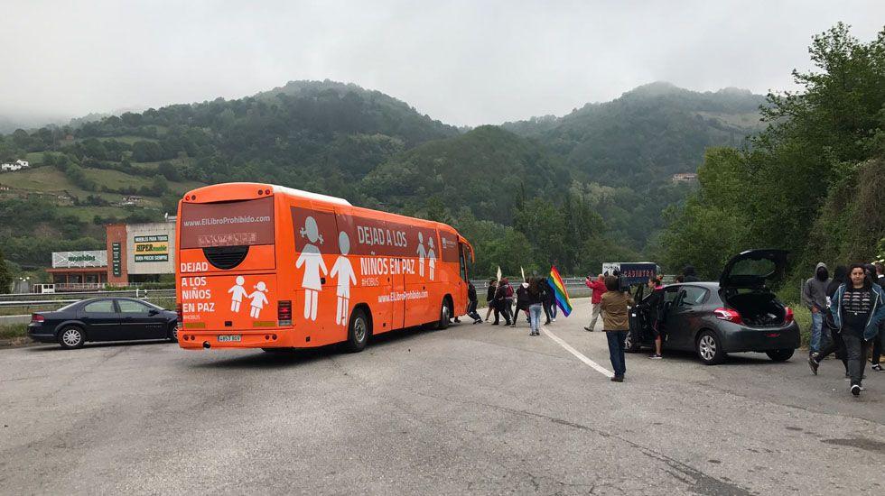 Un centenar de personas evita el desahucio de una mujer de 72 años en Gijón.El autobús de Hazte Oír en Pola de Lena