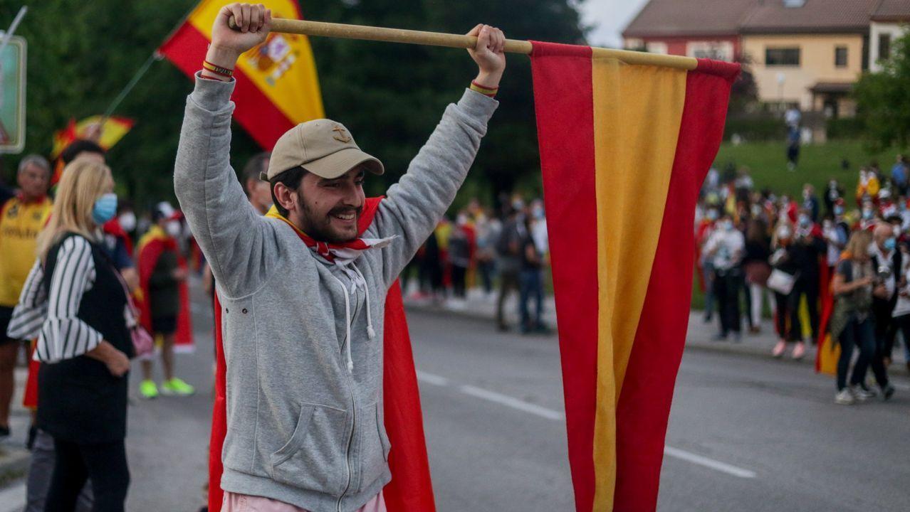 Cada vez son más las ciudades y barrios de Madrid que se suman a las caceroladas contra el Gobierno.Varias decenas de personas salieron a las calles coruñesas siguiendo la llamada de Vox