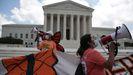 Los manifestantes celebran, en el exterior de la sede del tribunal, la decisión del Supremo
